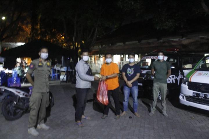 Yudho menyerahkan bantuan belimbing kepada Ichnan, ketua RW 08 Desa Doko, Kecamatan Ngasem, Kabupaten Kediri.(Foto: Rino Hayyu Setyo/Tugu Jatim)