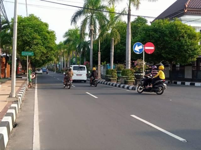 Kondisi lalu lintas di Jalan Jl Veteran, Kecamatan Tuban. (Foto: Rochim/Tugu Jatim)