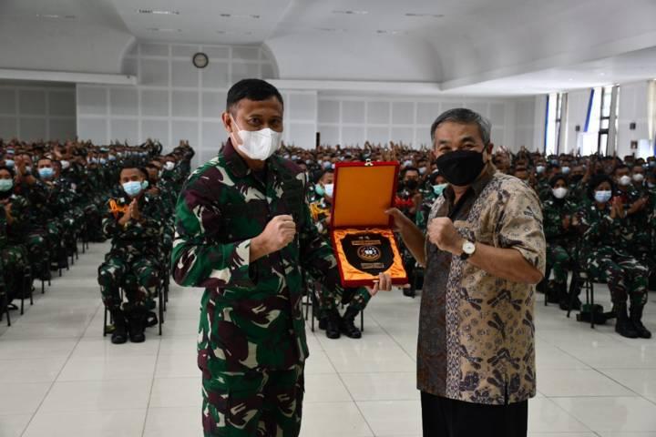 Dr Aqua Dwipayana menerima plakat dari Direktur Pendidikan Secapa AD Brigjen TNIAgus Firman Yusmono sebagai kenang-kenangan.(Foto: Dokumen/Tugu Jatim)