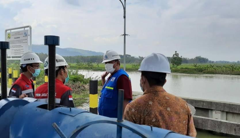 Direktur Operasional PJT I, Gok Ari Joso Simamo (jaket biru) saat mengawasi proses flushing. (Foto: Dokumen/PJT I) tugu jatim
