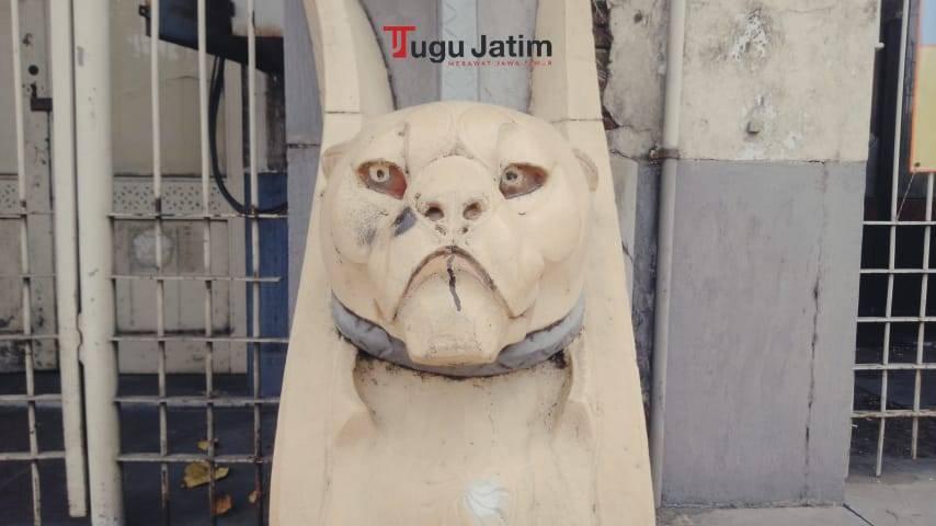 Tampilan patung singa yang tampak di depan Gedung Singa Kota Surabaya. (Foto: Rangga Aji/Tugu Jatim)
