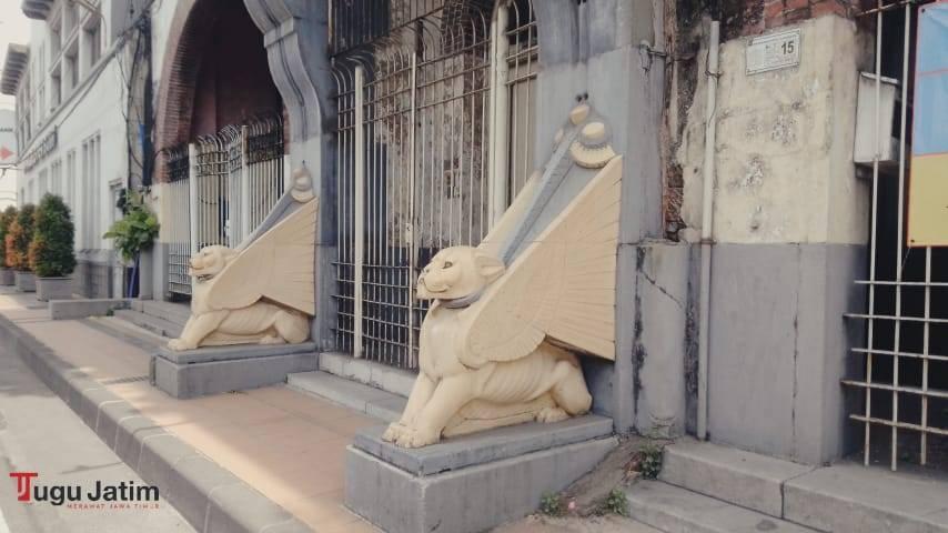 Potret Gedung Singa atau Gedung Algemeena (sebutan lain dari 'Perusahaan Umum Asuransi Jiwa dan Tunjangan Hidup Amsterdam', red) di Jalan Jembatan Merah Nomor 15 Krembangan Kota Surabaya, Senin (12/07/2021). (Foto: Rangga Aji/Tugu Jatim)