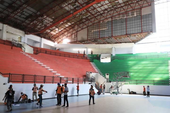 Suasana persiapan GOR Indoor GBT yang dijadikan RS Darurat untuk penanganan pandemi Covid-19, Rabu (14/7/2021) lalu. (Foto: Humas Pemkot Surabaya) tugu jatim, rs darurat gbt, surabaya