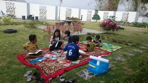 Anak-anak tengah sibuk membaca berkat Komunitas Gubuk Tulis yang getol menggaungkan semangat dan budaya literasi sejak usia dini. (Foto: Rizal Adhi/Tugu Malang/Tugu Jatim)