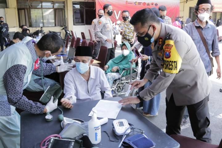 Sesepuh habaib di Jatim, yakni Al Habaib Abdullah bin Sholih Muhammad saat menjalani vaksinasi di Polresta Malang Kota. (Foto: Humas Polresta Makota) tugu jatim