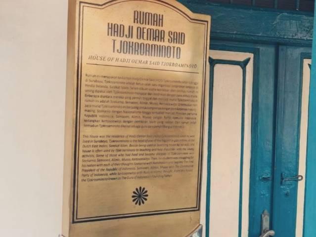 Sebuah tulisan yang menjelaskan rumah HOS Cokroaminoto yang memiliki banyak catatan sejarah perjuangan. (Foto: Instagram/@ansikset)