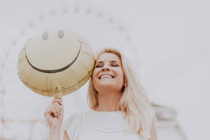 Ilustrasi seseorang yang tengah berbahagia karena mendapat banyak rezeki. (Foto: Pexels) zodiak