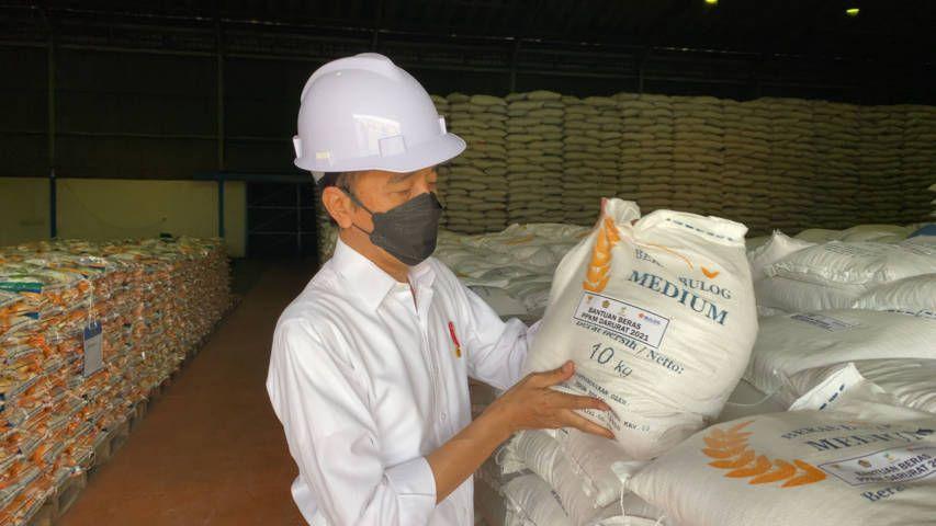 Presiden Jokowi ketika menunjukkan beras 10 kg yang diperuntukkan bantuas sosial bagi warga terdampak Covid-19. (Foto: (Foto: Biro Pers Sekretariat Presiden)) tugu jatim