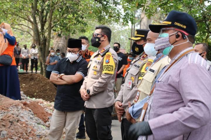 Wali Kota Malang Sutiaji bersama Kapolresta Makota AKBP Budi Hermanto saat mengawal prosesi pemakaman Kompol Hery Wahyu Widodo di TPU Samaan, Jumat (23/7/20210. (Foto: Dokumen) tugu jatim