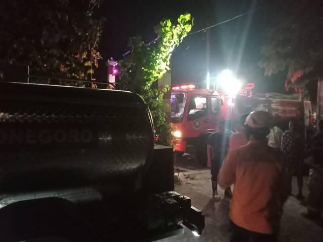Dinas Pemadam Kebakaran Bojonegoro melakukan pemadaman rumah milik Lasirah (48) di Desa Ngablak, Kecamatan Dander, Kabupaten Bojonegoro, Senin (26/07/2021) pukul 02.00 WIB. (Foto: Damkar Bojonegoro/Mila Arinda/Tugu Jatim)