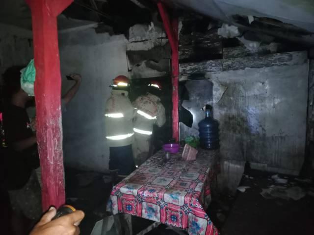 Dinas Pemadam Kebakaran Bojonegoro melakukan pemadaman rumah milik Lasirah (48) di Desa Ngablak, Kecamatan Dander, Kabupaten Bojonegoro, Senin (26/07/2021) pukul 02.00 WIB. (Foto: Damkar Bojonegoro) tugu jatim