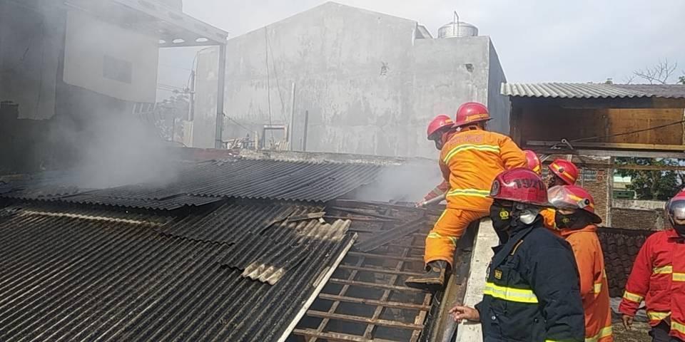 Proses pemadaman api oleh Damkar Kota Malang di sebuah rumah di Jalan Sanan Gang 2 Kelurahan Purwantoro Kecamatan Blimbing Kota Malang, Kamis (29/7/2021). (Foto: Dokumen/Damkar Kota Malang)