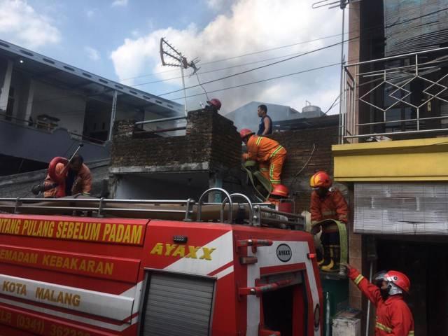 Proses pemadaman api oleh Damkar Kota Malang di sebuah rumah di Jalan Sanan Gang 2 Kelurahan Purwantoro Kecamatan Blimbing Kota Malang, Kamis (29/7/2021). (Foto: Dokumen/Damkar Kota Malang) tugu jatim