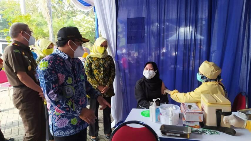 Wali Kota Malang Sutiaji bersama Kepala Kejari Andi Darmawangsa meninjau pelaksanaan vaksinasi Jaksa Peduli, Kamis (8/7/2021). (Foto: M Ulul Azmy/Tugu Malang/Tugu Jatim)