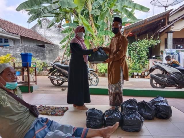 Pengurus UPZISNU Ranting Sukolilo, Kecamatan Tuban, Kabupaten Tuban saat menyalurkan bantuan yang dikumpulkan dari program Koin NU Peduli untuk warga terdampak Covid-19 di Tuban. (Foto: Dokumen/UPZISNU Ranting Sukolilo Tuban)