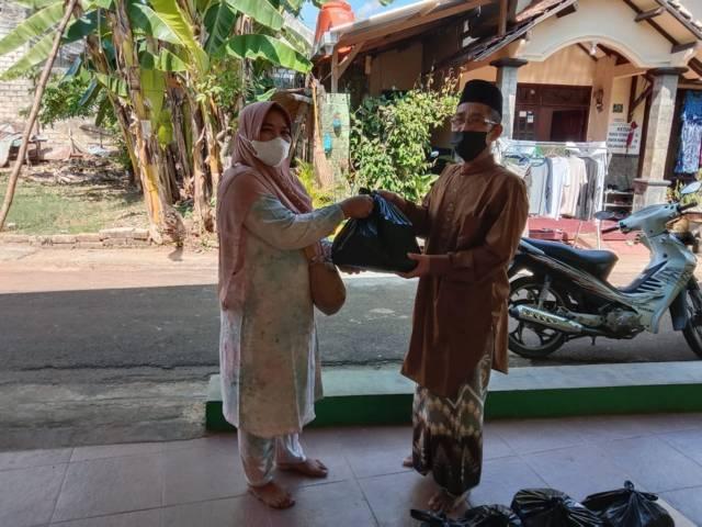 Pengurus UPZISNU Ranting Sukolilo, Kecamatan Tuban, Kabupaten Tuban saat menyalurkan bantuan yang dikumpulkan dari program Koin NU Peduli untuk warga terdampak Covid-19 di Tuban. (Foto: Dokumen/UPZISNU Ranting Sukolilo Tuban) tugu jatim