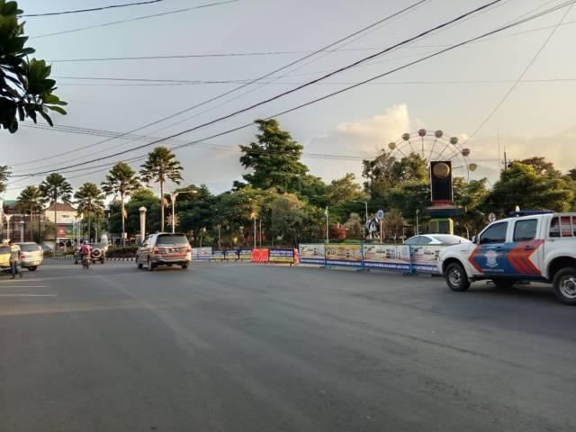 Rekayasa arus lalu lintas di tengah Kota Batu sebagai upaya antisipasi keramaian dan kerumunan di pusat kota. (Foto: M Sholeh/Tugu Malang/Tugu Jatim)