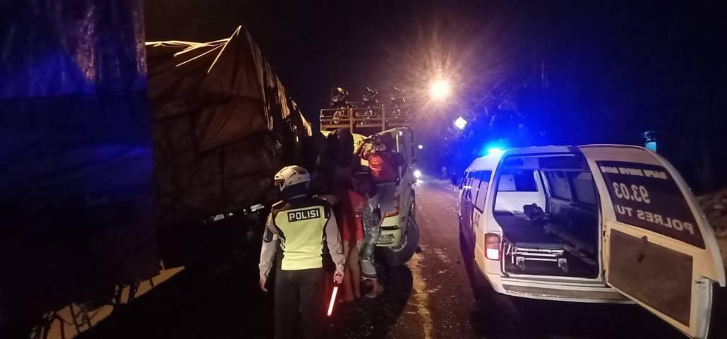 Jajaran petugas Satlantas Polres Tuban saat mengevakuasi kendaaraan dan olah TKP akibat kecelakaan di Jalur Pantura, tepatnya di Jalan Tuban - Widang, Jumat (2/7/2021) dini hari. (Foto: Humas Polres Tuban) tugu jatim