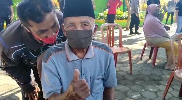 Lansia berumur 100 asal Kecamatan Gondanglegi, Kabupaten Malang, Samsuri yang tetap antusias mengikuti vaksinasi Covid-19 untuk menekan angka penyebaran virus corona. (Foto: Rizal Adhi/Tugu Malang/Tugu Jatim)