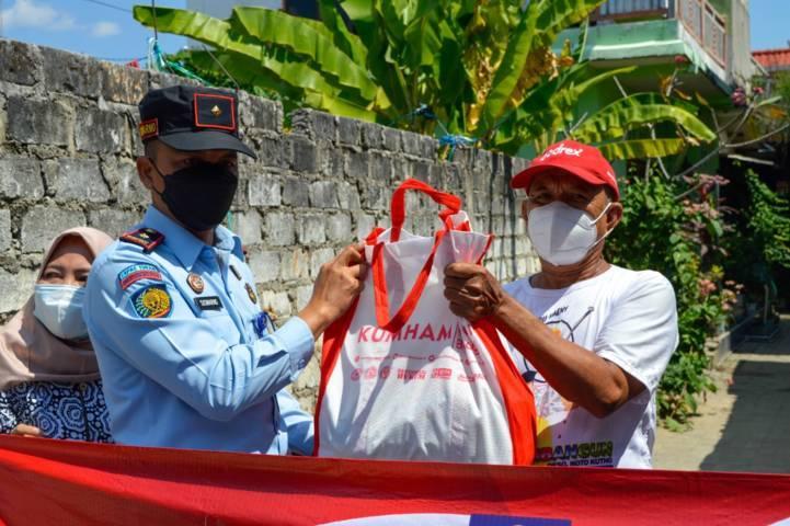 Kalapas Kelas II B Tuban, Siswarno saat menyerahkan bantuan sembako kepada masyarakat terdampak Covid-19, Kamis (29/7/2021). (Foto: Humas Lapas Tuban)