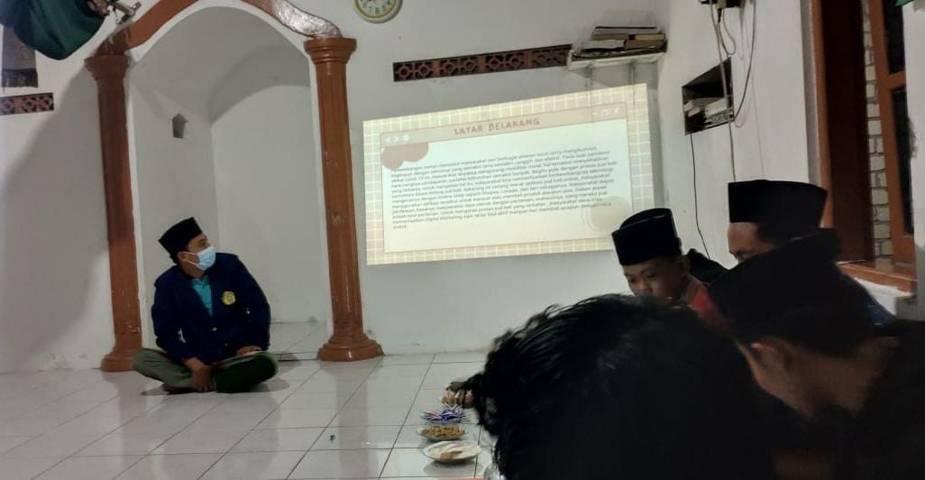Ahmad Farkhan Aris mahasiswa Universitas Trunojoyo Madura, saat melakukan sosialisasi serta pelatihan mengenai Digital Marketing yang ditujukan untuk pemuda di Desa Kedungmulyo Kecamatan Bangilan Kabupaten Tuban. (Foto: Dokumen/Ahmad Farkhan Aris)