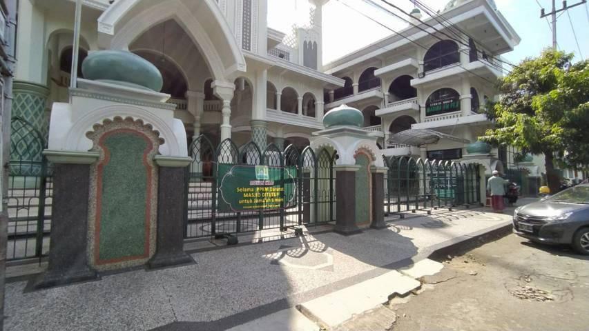 Banner pemberitahuan peniadaan Salat Idul Adha 1442 Hijiriah telah dipasang di depan Masjid Jami, Kota Malang. (Foto: M Ulul Azmy/Tugu Malang/Tugu Jatim)