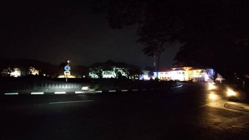 Suasana  Alun-alun Balai Kota Malang yang gelap tanpa gemerlap lampu akibat pemadaman saat PPKM Darurat untuk tekan angka penyebaran Covid-19. (Foto: M Ulul Azmy/Tugu Malang/Tugu Jatim)
