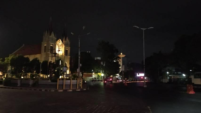 Suasana kawasan gereja Kayutangan, Kota Malang, Minggu (4/7/2021) malam saat penerapan PPKM Darurat di mana lampu-lampu penerangan jalan dipadamkan. (Foto: M Ulul Azmy/Tugu Malang/Tugu Jatim)