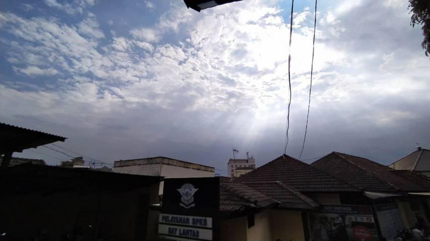 Ilustrasi cuaca langit cerah (clear sky) dilihat dari Kota Malang selama fenomena mbediding. (Foto: M Ulul Azmy/Tugu Malang/Tugu Jatim)
