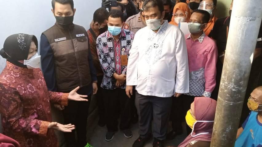 Mensos Tri Rismahrini ketika marah pada Kadinsos Tuban, Eko Julianto saat mengecek penerima bansos BPNT di Kelurahan Sendangharjo, Tuban, Sabtu (24/7/2021). (Foto: Moch Abdurrochim/Tugu Jatim)