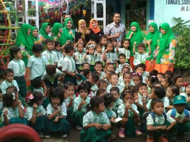 Penulis bersama rekan dan murid-muridnya di PAUD Raudhlatul Athfal Sunan Giri Desa Tangkilsari, Tajinan, Kabupaten Malang. (Foto: Dokumen) tugu jatim