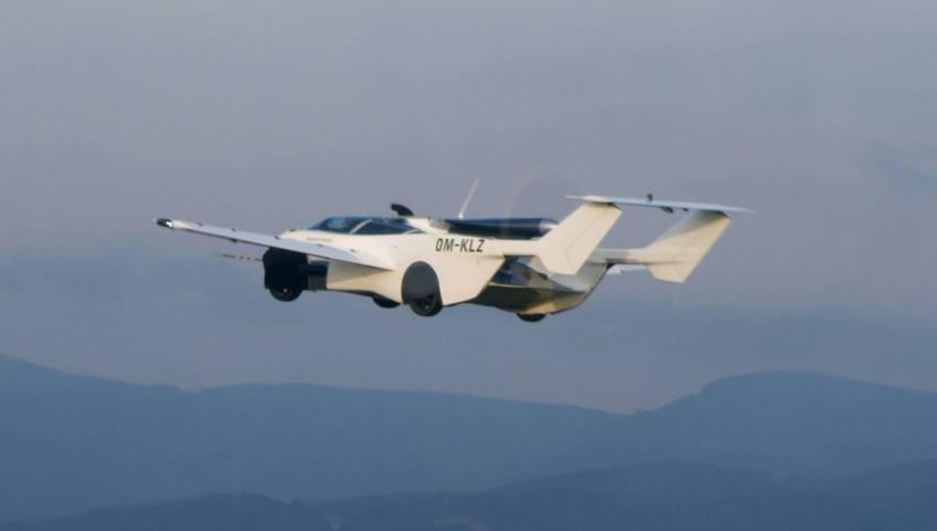 Mobil terbang AirCar buatan Klein Vision yang tengah mengudara dan sukses membubung antara dua bandara. (Foto: Klein Vision)