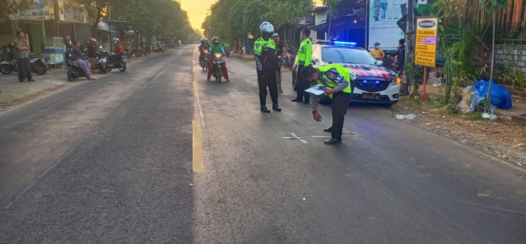 Proses evakuasi korban kecelakaan lalu lintas yang menewaskan nenek berusia 60 tahun di Jalan Daendles, Tuban, Senin (26/7/2021) pagi dengan luka parah di tubuhnya. (Foto: Humas Polres Tuban)