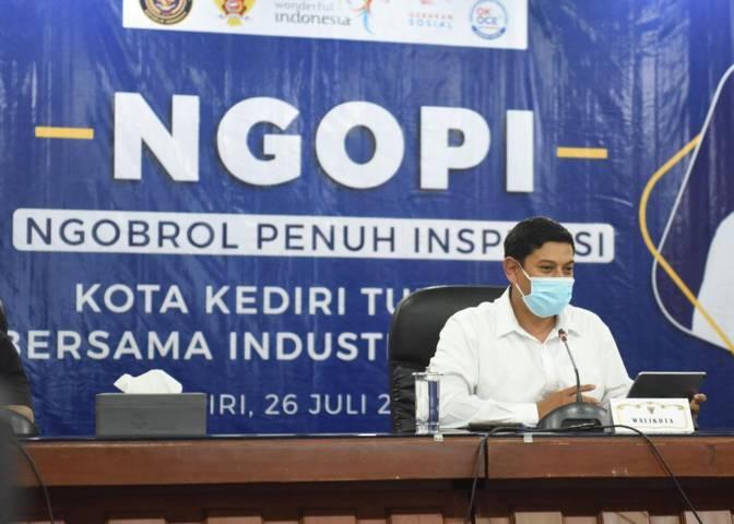 """Wali Kota Kediri, Abdullah Abu Bakarsaat menghadiri pertemuan virtual bertajuk """"Ngopi"""" bersama Sandiaga Uno, Senin (26/7/2021). (Foto: Dokumen) tugu jatim"""