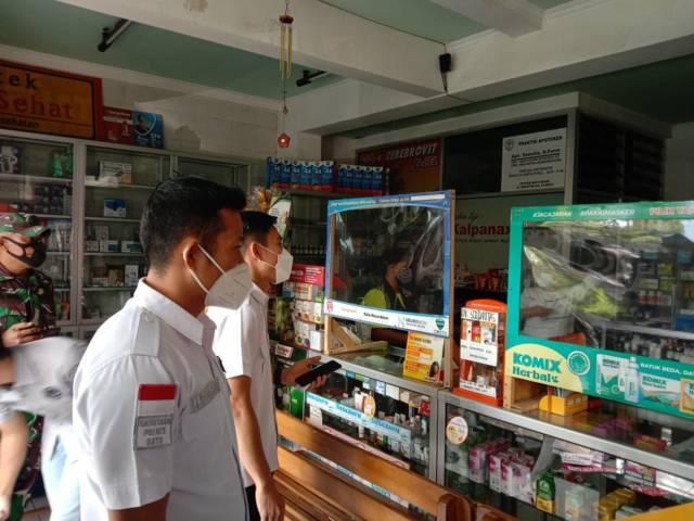 Tim Gabungan memeriksa ketersediaan dan harga obat obatan di salah satu apotek di Kota Batu, Rabu (7/7/2021). (Foto: M Sholeh/Tugu Malang/Tugu Jatim)