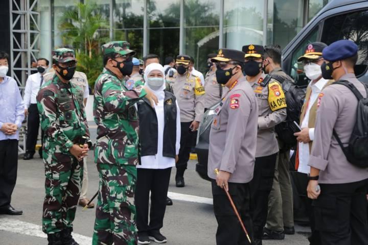 Forkopimda Jatim bertemu dengan Panglima TNI Marsekal Hadi Tjahjanto dan Kapolri Jenderal Polisi Listyo Sigit Prabowo saat melakukan peninjauan ke Jawa Timur. (Foto: Polrestabes Surabaya) tugu jatim