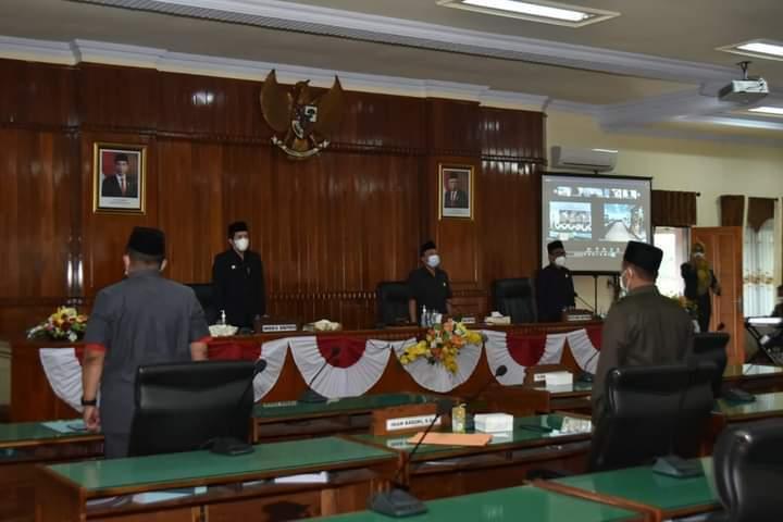 Wakil Bupati Trenggalek, Syah Muhamad Natanegara saat melaksanakan rapat dengar pandangan umum dari fraksi DPRD Trenggalek dengan metode luring dan daring. (Foto: M Zamzuri/Tugu Jatim)