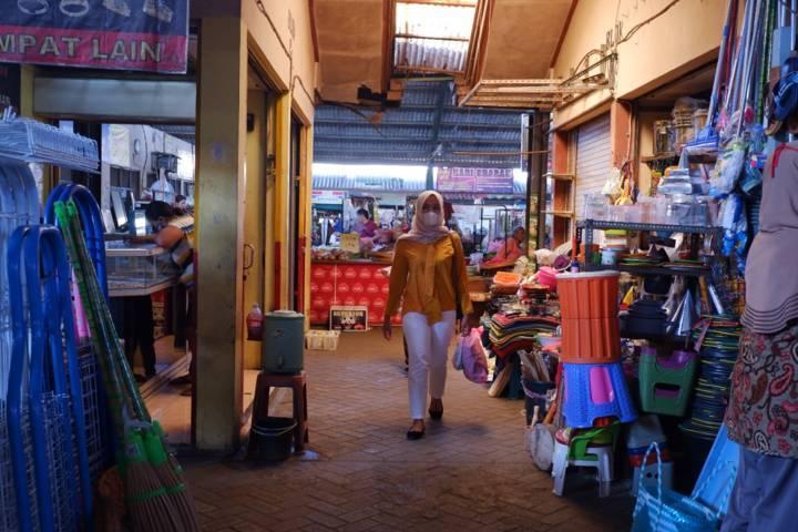 Suasana Pasar Pahing Kota Kediri saat PPKM Darurat. (Foto: Rino Hayyu/Tugu Jatim) pasar tradisional