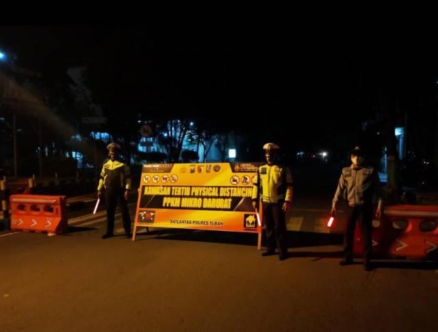 Petugas gabungan melakukan penyekatan dan patroli saat pemadaman lampu saat PPKM Darurat. (Foto: Moch Abdurrochim/Tugu Jatim)