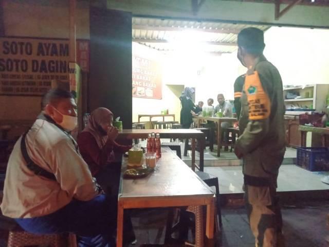 Patroli gabungan melakukan penertiban jam malam di Kota Malang dalam masa PPKM Darurat, Sabtu (3/7/2021) malam. (Foto: Istimewa)