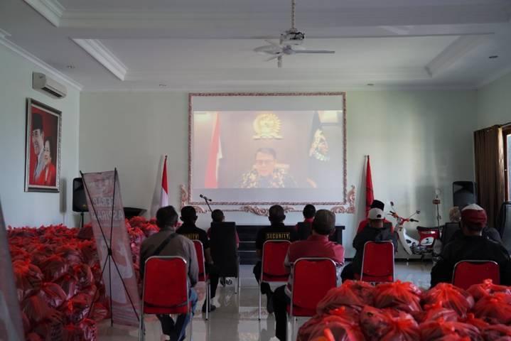 Ahmad Basarah yang juga hadir secara virtual untuk menyaksikan pemberian bantuan kemanusiaan bagi warga terdampak Covid-19 di Malang, Minggu (25/7/2021). (Foto: Dokumen)