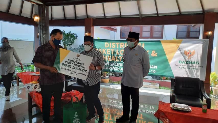 Proses penyerahan secara simbolis paket bantuan logistik dari Wali Kota Malang, Sutiaji untuk warga isoman di Kota Malang. (Foto: M Ulul Azmy/Tugu Malang/Tugu Jatim)