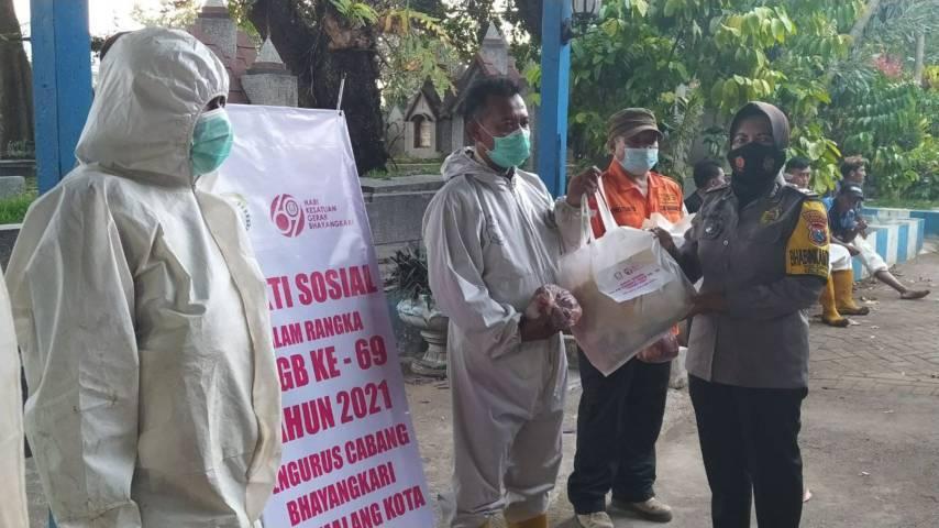 Penyerahkan bantuan sembako dan daging kurban dari tim Bhayangkari Kota Malang kepada anggota tim pemulasaran jenazah Covid-19. (Foto: M Ulul Azmy/Tugu Malang/Tugu Jatim)