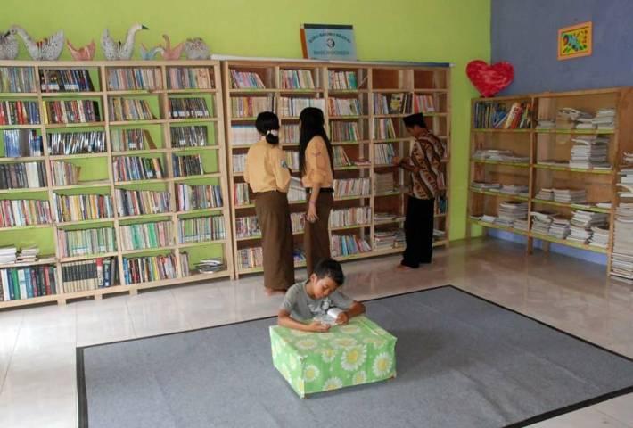 Suasana dan rak-rak buku di Perpustakaan Anak Bangsa di Desa Sukopuro, Kecamatan Jabung, Kabupaten Malang. (Foto: Rizal Adhi/Tugu Malang/Tugu Jatim)