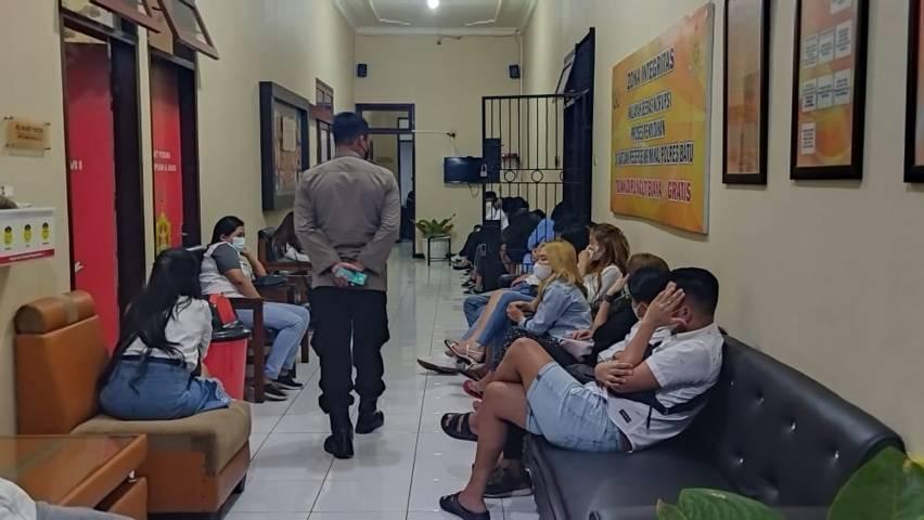Para pelaku yang kedapatan pesta di sebuah villa di Kota Batu saat PPKM Darurat digelandang ke Polres Batu untuk menjalani pemeriksaan. (Foto: Istimewa) tugu jatim