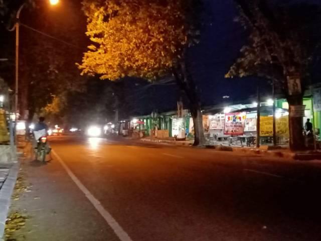 Suasana malam di Jalan Baureno-Bojonegoro, tepatnya di depan Pasar Baureno Bojonegoro, Kamis (09/07/2021). (Foto: Mila Arinda/Tugu Jatim)