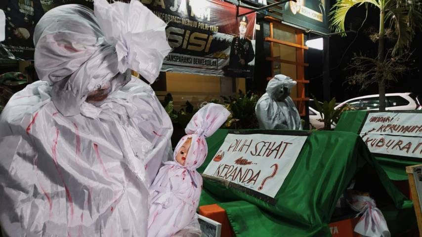 Sejumlah hantu pocong dan keranda mayat saat dijadikan sarana sosialisasi disiplin prokes kepada masyarakat Malang Raya, Senin (5/7/2021) malam. (Foto: M Ulul Azmy/Tugu Malang/Tugu Jatim)