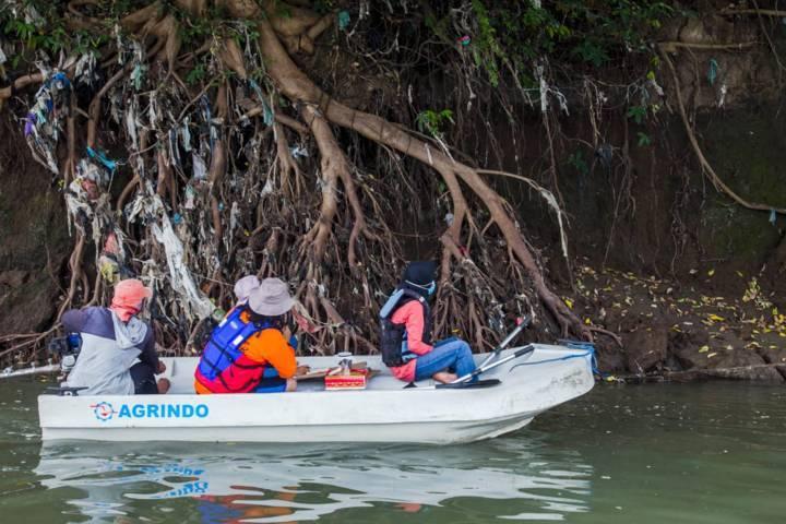 Sampah plastik yang ditemukan River Warrior, Pos Koordinasi Keselamatan Korban Lumpur Lapindo (PoskoKKLuLa) dan Brigade Evakuasi Popok dalam Ekspedisi Kali Porong. (Foto: Dokumen/Ecoton)