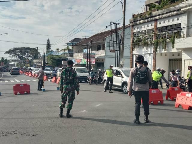 Petugas melakukan pemeriksaan surat syarat perjalanan di Pos Pendem, Kota Batu, Kamis (8/7/2021). (Foto: M Sholeh/Tugu Malang/Tugu Jatim)