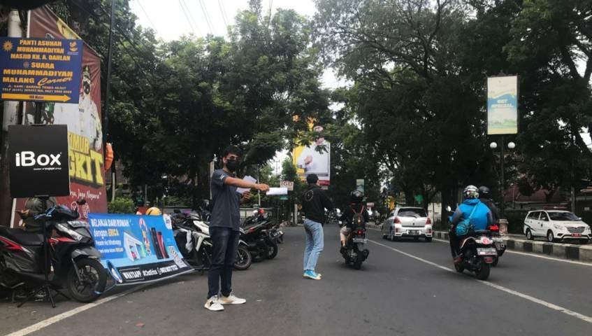 Para penjual dan servis HP di Kota Malang turun ke jalan dan tak jarang menggelar lapak mereka di pinggir jalan karena terimbas PPKM Darurat dan PPKM Level 4. (Foto: M Ulul Azmy/Tugu Malang/Tugu Jatim)